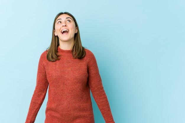 Młoda kobieta krzyczy bardzo zły, pojęcie wściekłości, sfrustrowany