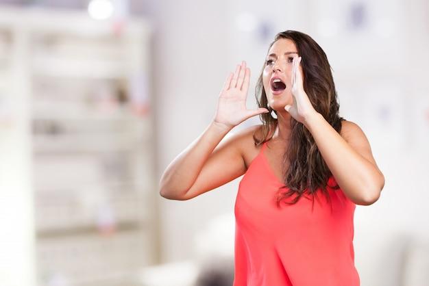 Młoda kobieta krzyczy