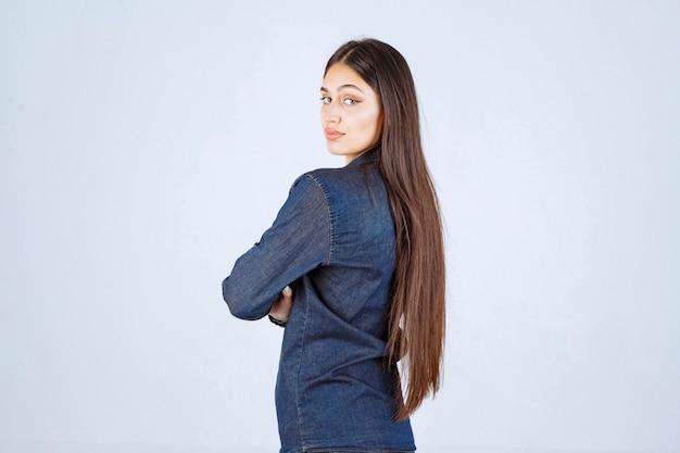 Młoda kobieta krzyżując ramiona i dając profesjonalne pozy