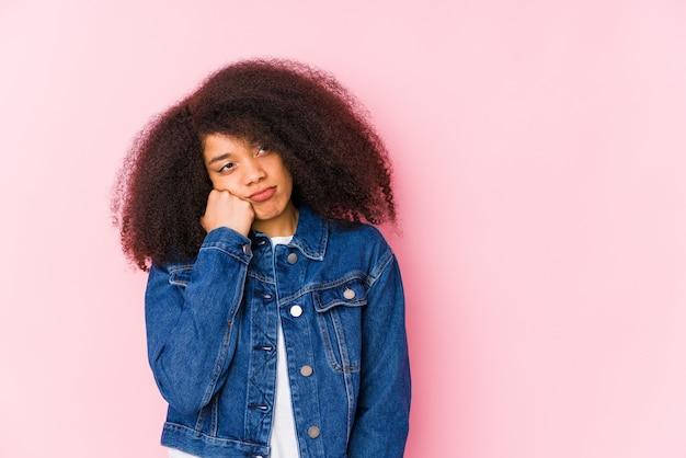 Młoda kobieta, która czuje się smutna i zamyślona, patrząc na miejsce.