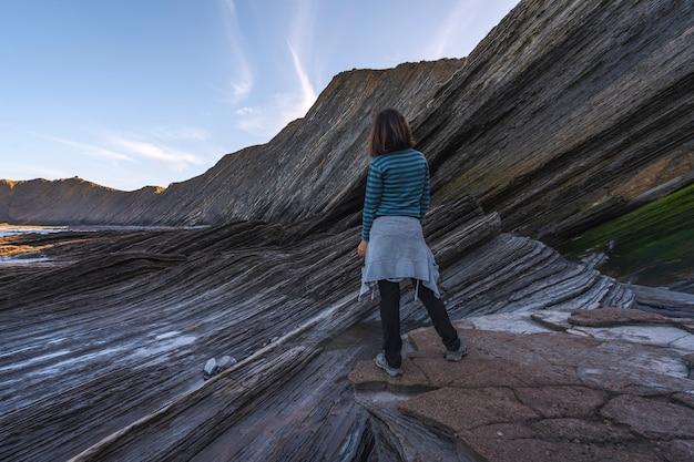 Młoda kobieta, która pewnego ranka patrzy na geopark wybrzeża sakoneta