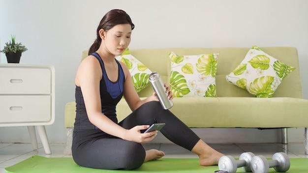 Młoda kobieta, która ukończyła jogę, odpoczywa w domu