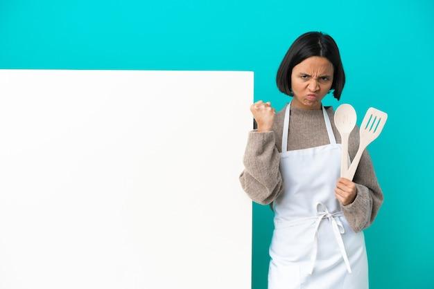 Młoda kobieta kucharz rasy mieszanej z dużym afiszem na białym tle
