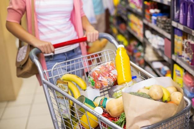 Młoda kobieta, kupując produkty