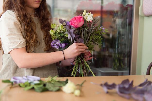 Młoda kobieta kwiaciarnia pracy z kwiatami w miejscu pracy koncepcja małej firmy styl życia przycięte portret kwiaty bliska