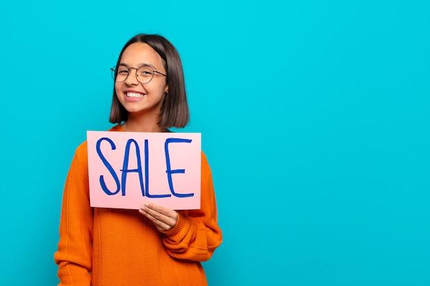 Młoda kobieta łacińskiej. koncepcja sprzedaży
