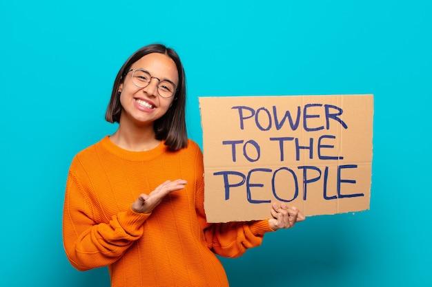 Młoda kobieta łacińskiej. moc do koncepcji ludzi