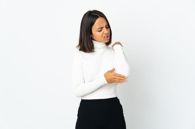 Młoda kobieta łacińskiej na białym tle na białym tle z bólem łokcia