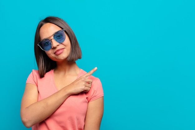 Młoda kobieta łacińskiej okulary przeciwsłoneczne i miejsce na kopię