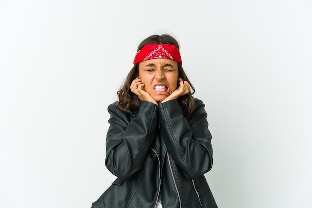 Młoda kobieta łacińskiej rocker na białym tle