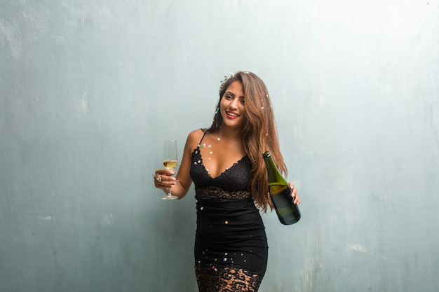 Młoda kobieta łacińskiej świętuje nowy rok lub wydarzenie.