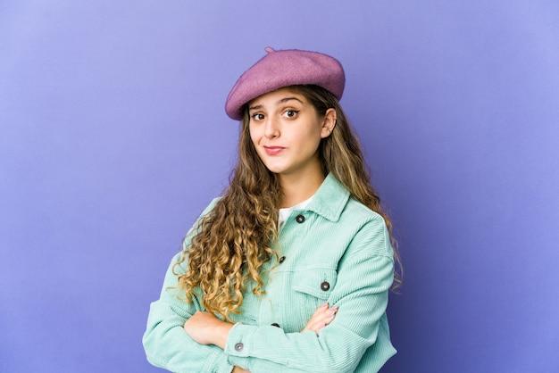 Młoda kobieta ładny kaukaski niezadowolony patrząc w aparacie z sarkastycznym wyrazem.