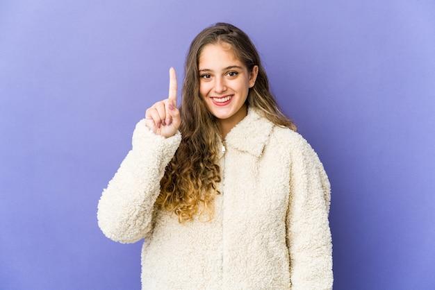 Młoda kobieta ładny kaukaski pokazano numer jeden palcem.