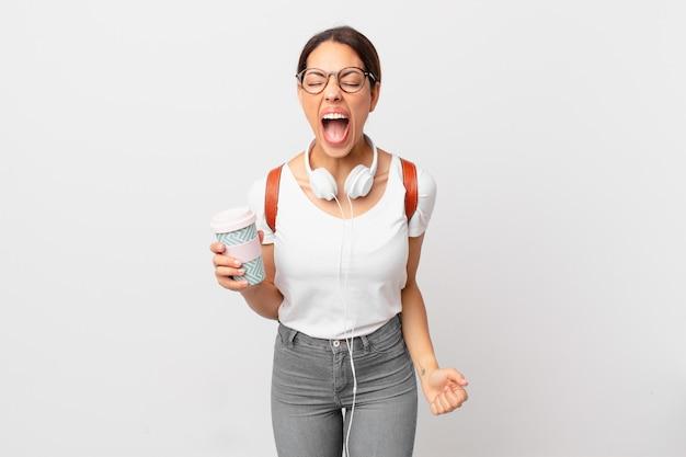 Młoda kobieta, latynoska, krzycząca agresywnie, wyglądająca na bardzo rozgniewaną. koncepcja studenta