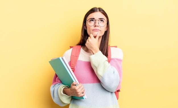 Młoda kobieta latynoska myśli, wątpi i zdezorientowana. koncepcja studenta