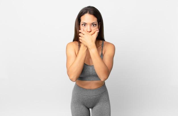 Młoda kobieta latynoska obejmujące usta rękami z szoku. koncepcja fitness