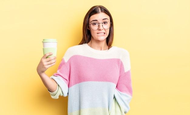 Młoda kobieta latynoska patrząc zdziwiona i zdezorientowana. koncepcja kawy na wynos