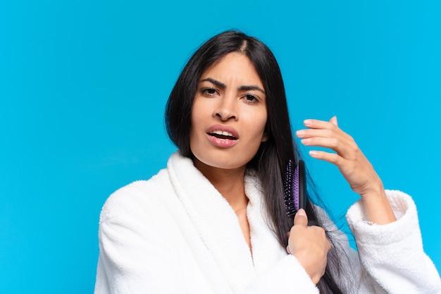 Młoda kobieta latynoska szczotką do włosów.