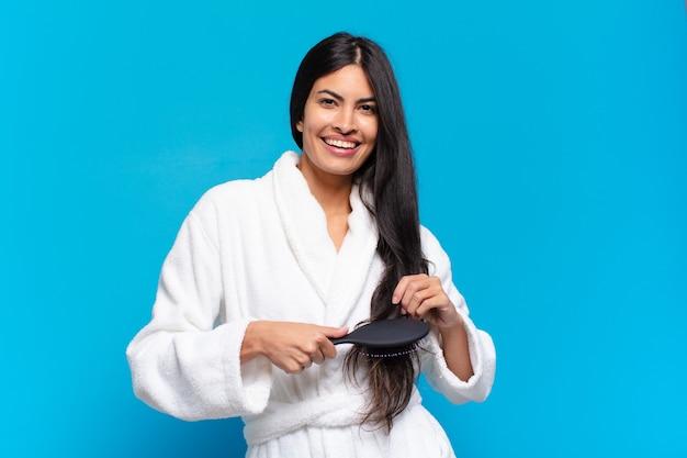 Młoda kobieta latynoska z szczotką do włosów.