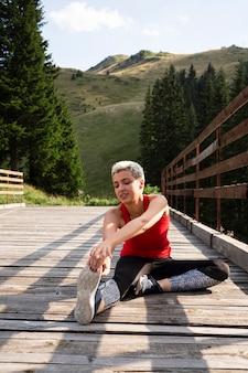 Młoda kobieta lekkoatletka przygotowuje się do biegania