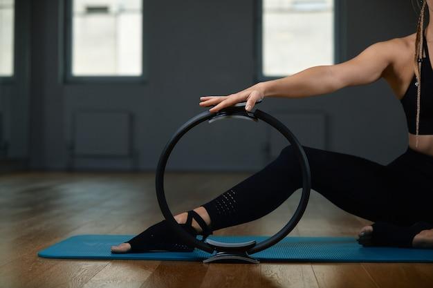 Młoda kobieta lekkoatletycznego robienie ćwiczeń na siłowni