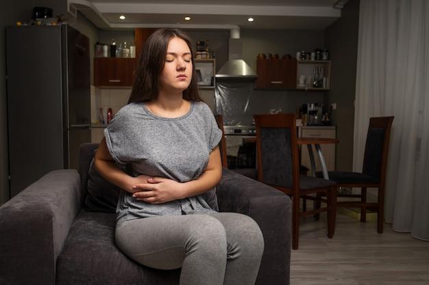 Młoda kobieta ma ból brzucha, chorobę pęcherzyka żółciowego