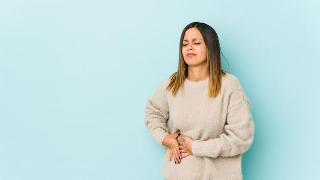 Młoda kobieta ma ból wątroby, ból brzucha.