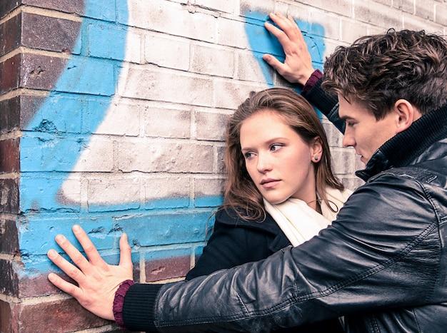 Młoda kobieta ma kłopot z mężczyzną