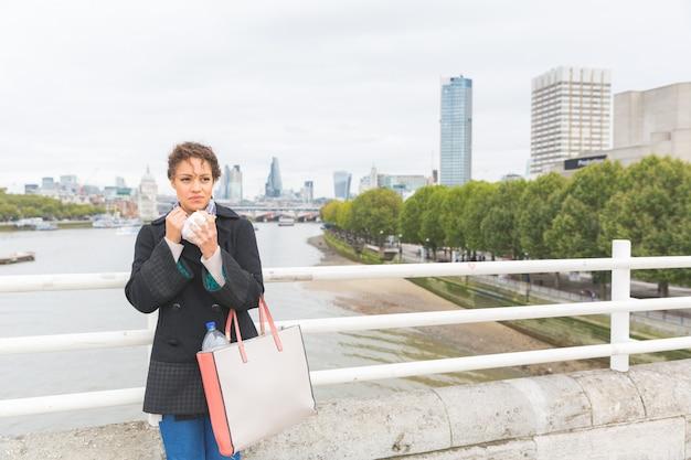 Młoda kobieta ma lunch w londyn