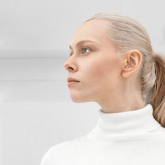 Młoda kobieta ma na sobie białe ubrania