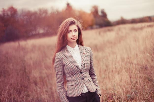 Młoda kobieta ma na sobie kurtkę w plenerze