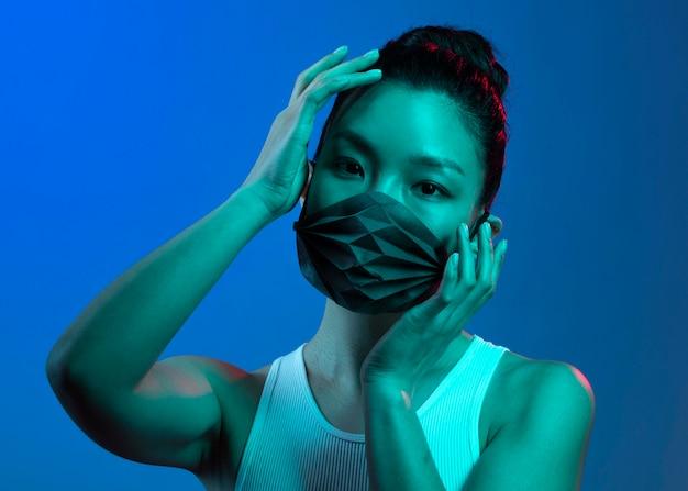 Młoda kobieta ma na sobie maskę