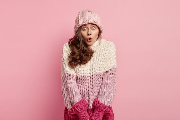 Młoda kobieta ma na sobie zimowe ubrania