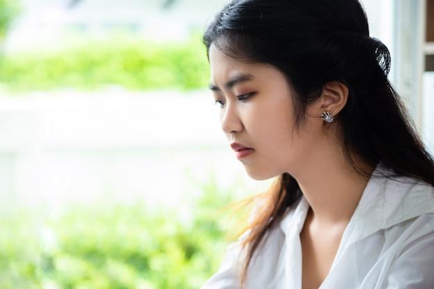 Młoda kobieta ma problem podczas wykonywania pracy w biurze