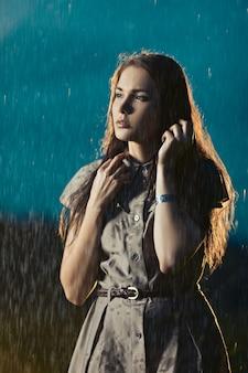 Młoda kobieta marznąca w deszczu
