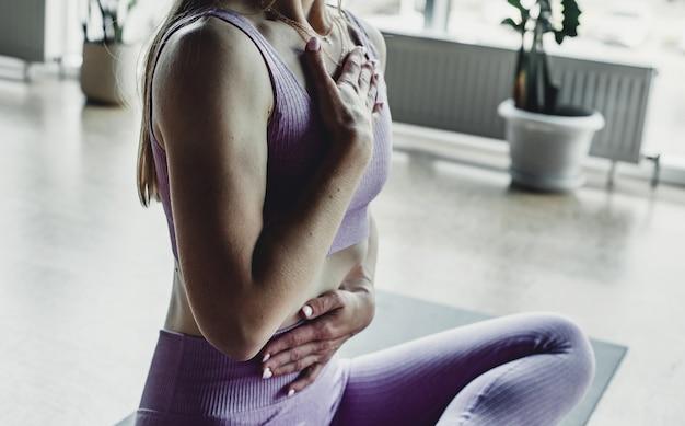 Młoda kobieta medytuje podczas uprawiania jogi. pojęcie wolności.
