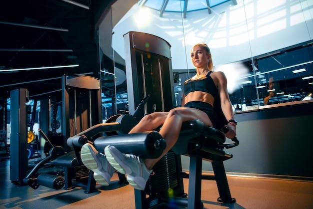 Młoda Kobieta Mięśni ćwiczenia W Siłowni Darmowe Zdjęcia