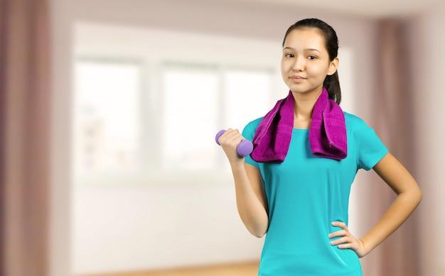 Młoda kobieta mieszanej rasy fitness