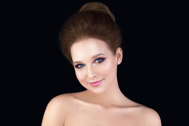Młoda kobieta moda model ładna twarz panny młodej fryzura na ślub