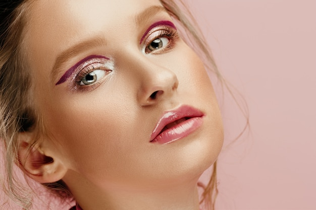 Młoda kobieta moda model o jasnych oczach i ustach