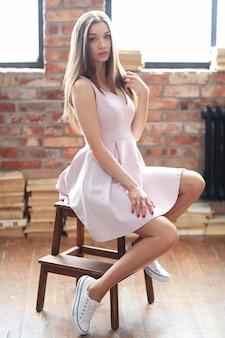 Młoda kobieta moda pozowanie w domu w zmysłowej pozie