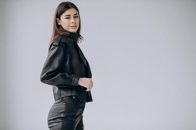 Młoda kobieta model jest ubranym skórzaną kurtkę