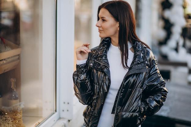Młoda kobieta model pozuje na zewnątrz ulicy