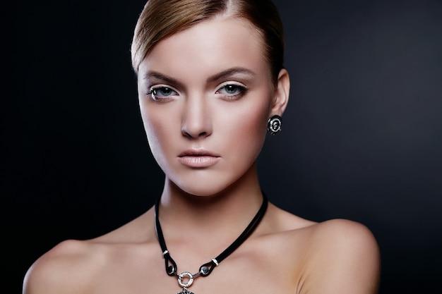 Młoda kobieta model pozuje z akcesoriami