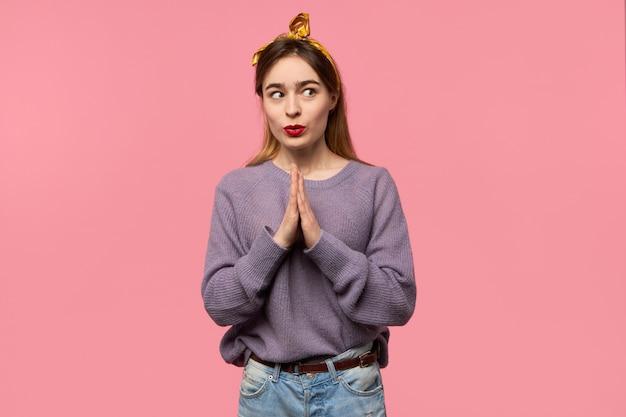 Młoda kobieta modli się z pałąkiem na głowę