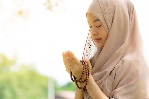 Młoda kobieta muzułmańska duas