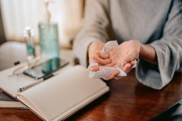 Młoda kobieta myje ręce alkoholowym żelem w kwarantannie na koronawirusapraca w domu i covid19