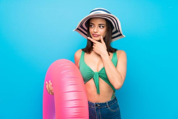 Młoda kobieta myśleć pomysł w swimsuit w wakacje letni