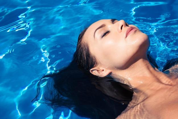 Młoda kobieta na basenie