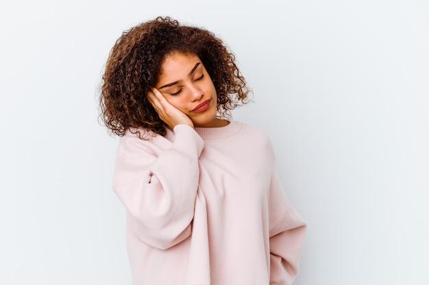 Młoda kobieta na białej ścianie, która jest znudzona, zmęczona i potrzebuje dnia relaksu